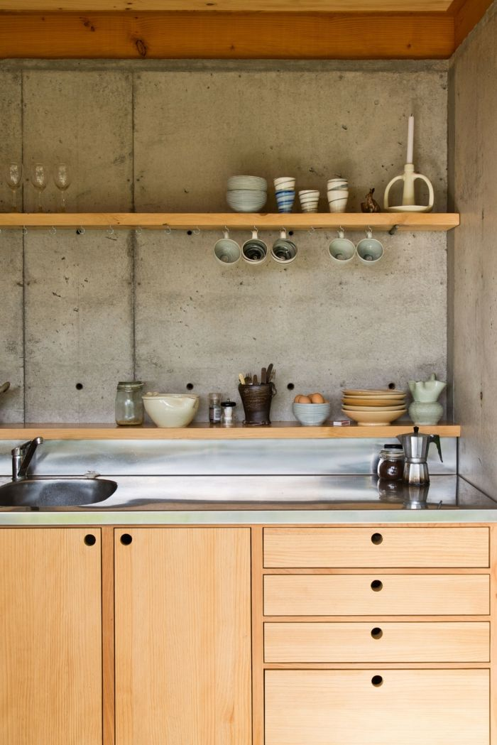 wandgestaltung küche in betonoptik mit hölzernen küchenschränken