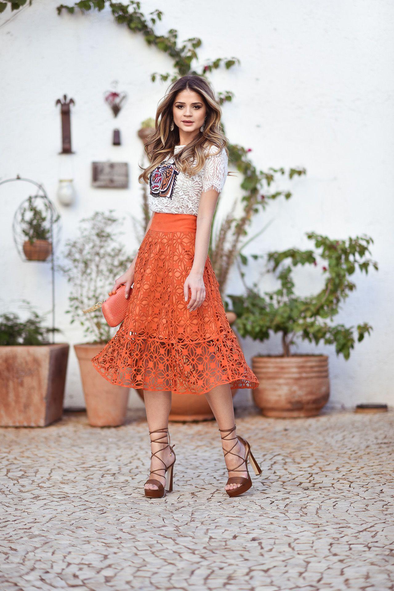 987bb5dfe5 Look Tássia Naves com saia midi laranja e blusa bege