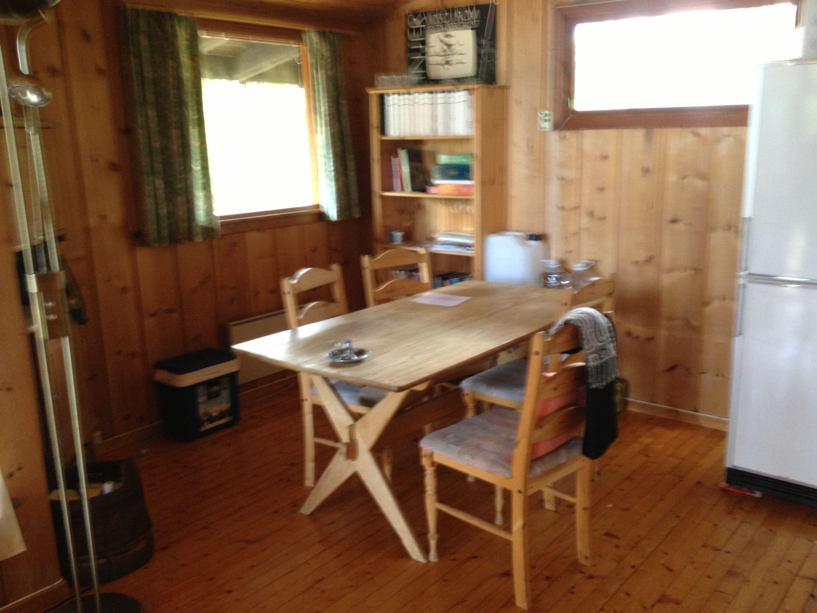 Over spisebordet kunne vi hatt en IKEA PS-lampe som kan være både rund kule og åpen form. Orange inni-