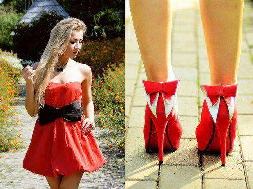 Vestido e sapato vermelhos.