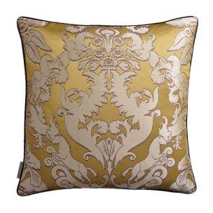 Un magnifique coussin aux dimensions généreuses, satin de soie Pegasus de Matthew Williamson, dans sa  version ochre.