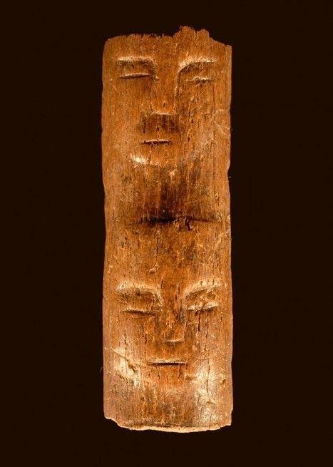 Visage humain aux yeux fermés sculpté sur un os (d'Auroch ?), 5 cm, entre 8300 et 8000 av. J.-C., Tell Qarassa Nord, Syrie