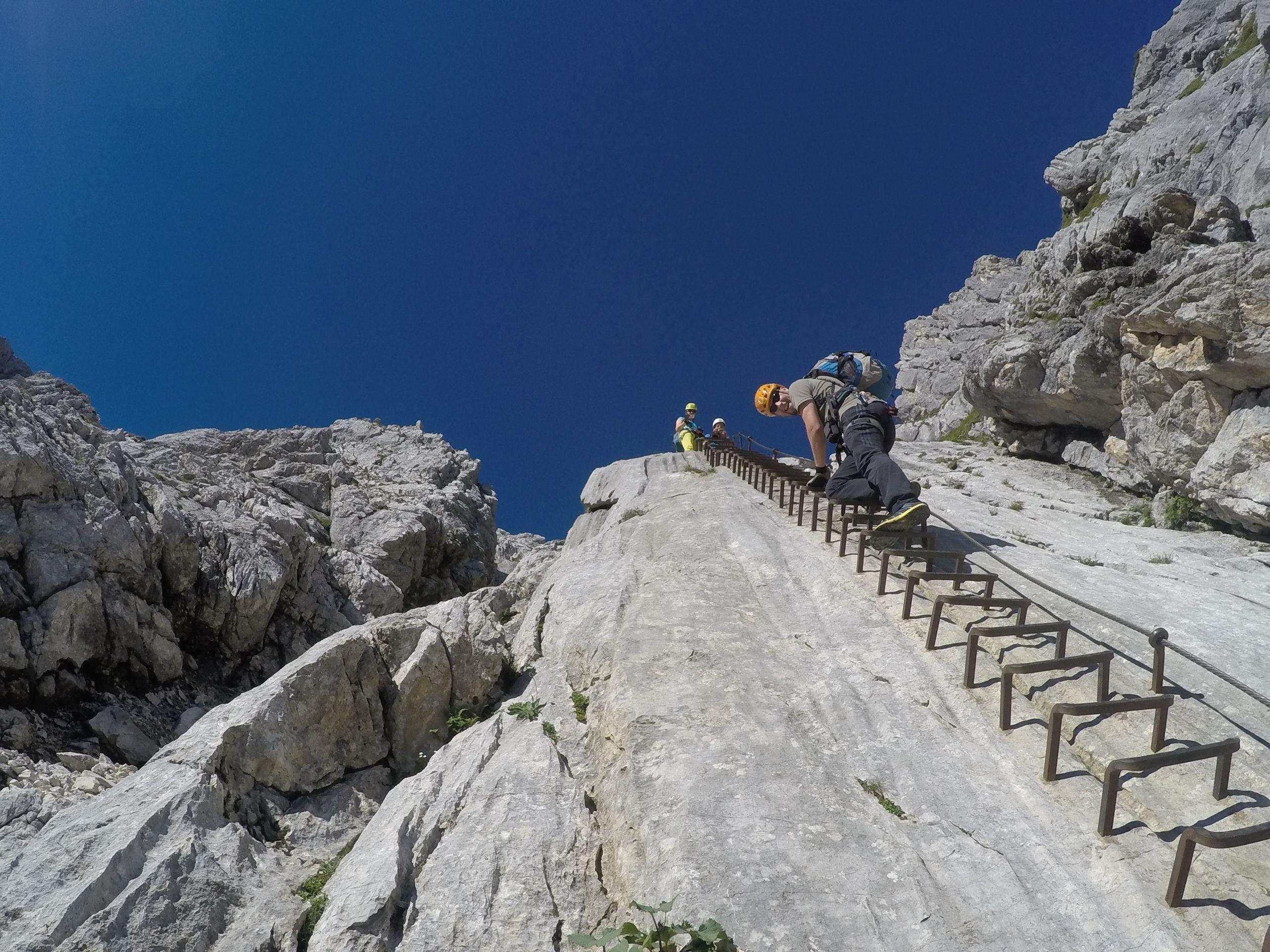 Klettersteig Alpspitze - die lange Klammernreihe zu Beginn ...