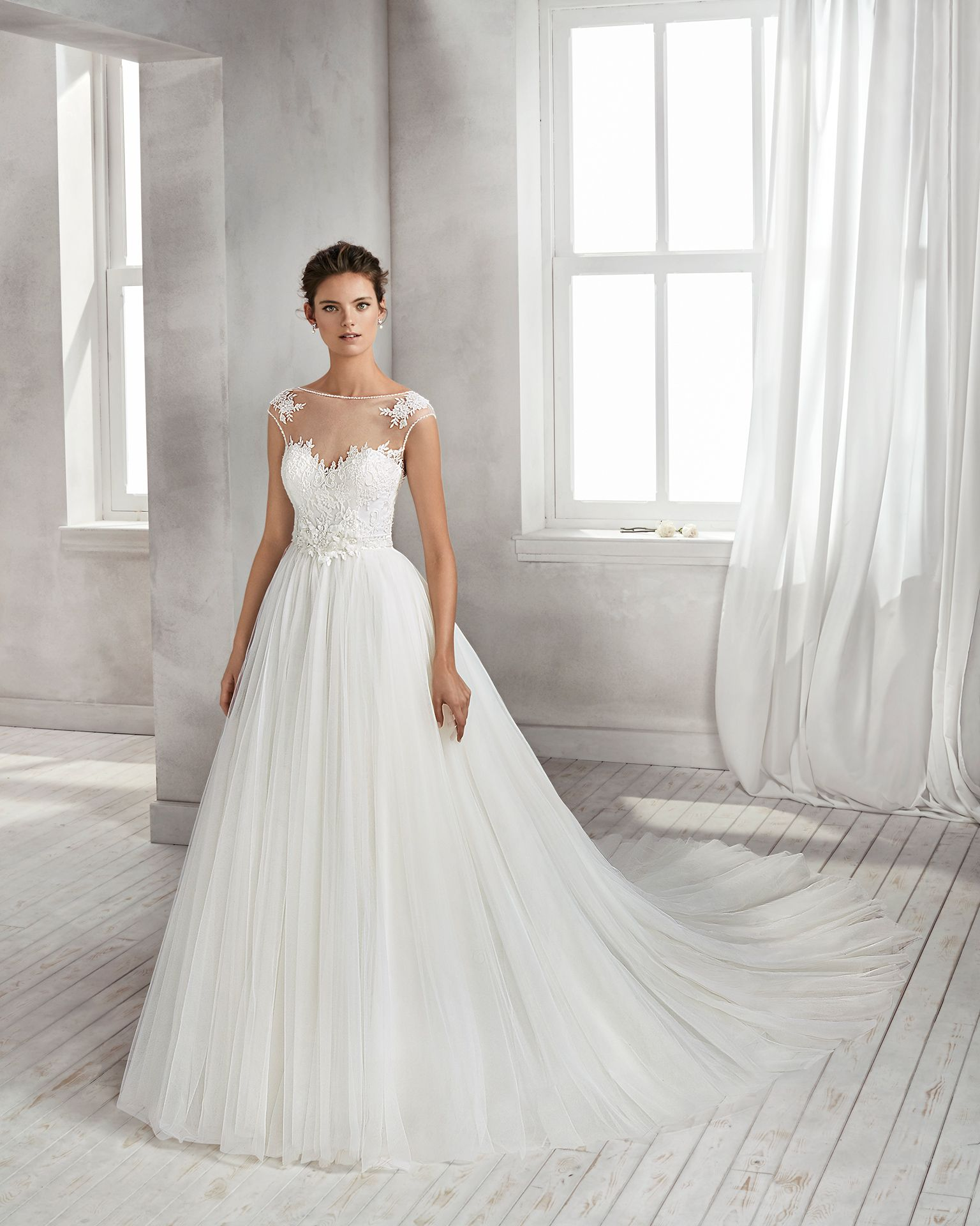 348534b138 Princess-style beaded lace and tulle wedding dress with sweetheart neckline,  low back and full tulle skirt. 2018 Luna Novia Collection.