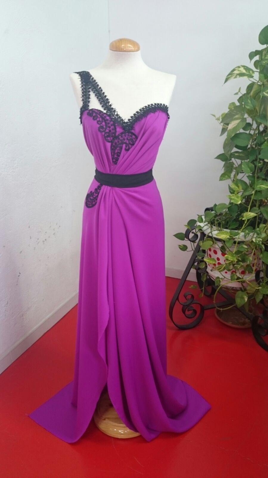 Vestido hecho con el modelo DAMA,un tejido de crespón con una preciosa caída, adornado con la blonda bordada HAYMAN.