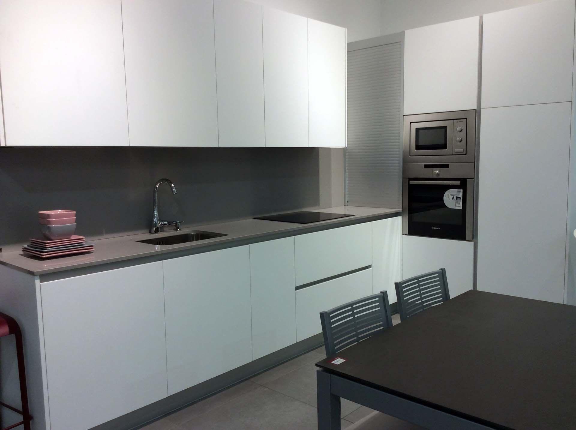 Cocina con gola moderna y completa cocina con gola en for Cocina equipada negro y gris