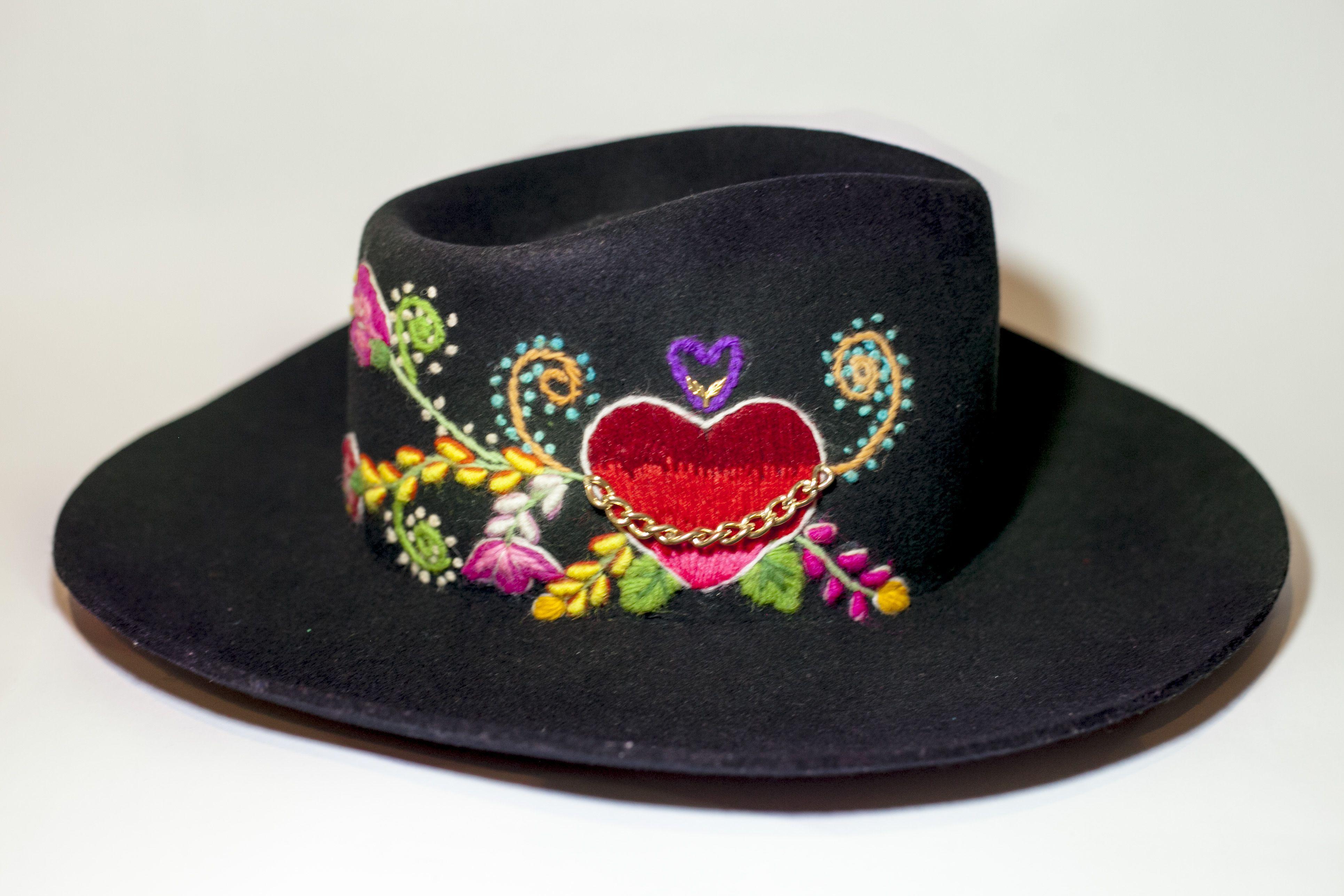 Sombrero mod. Chambergo con bordado inspirado en flores de campo.  #ArteTextilPeruano #SomosLibres #BordadoAyacuchano