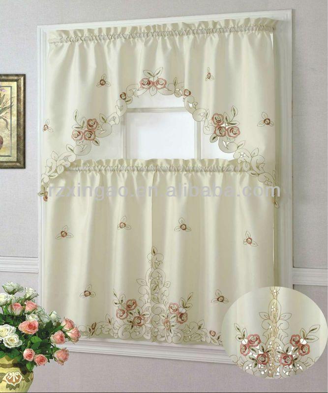 en la ventana de la cocina hay unas cortinas blancas con flores - cortinas para ventanas