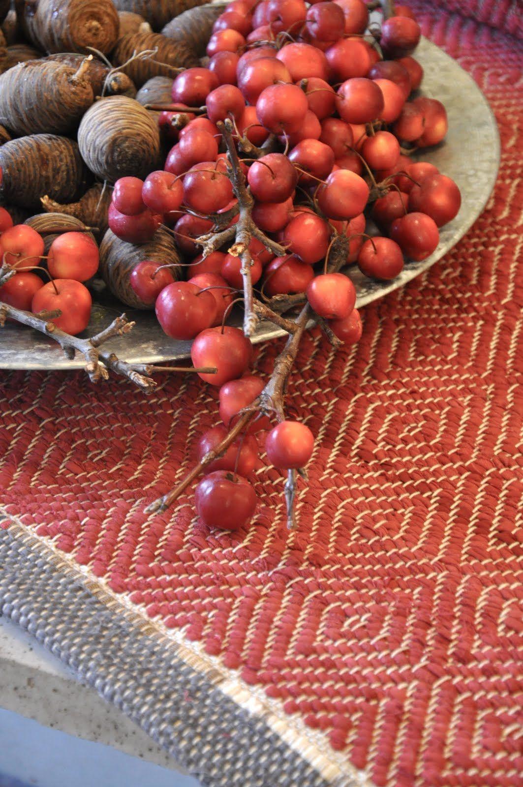 . . I höst har det blivit gåsögon i hundratal och fler ska det bli. Här en i julens färg, som jag fotat i Maili Haskels underbara värld a...