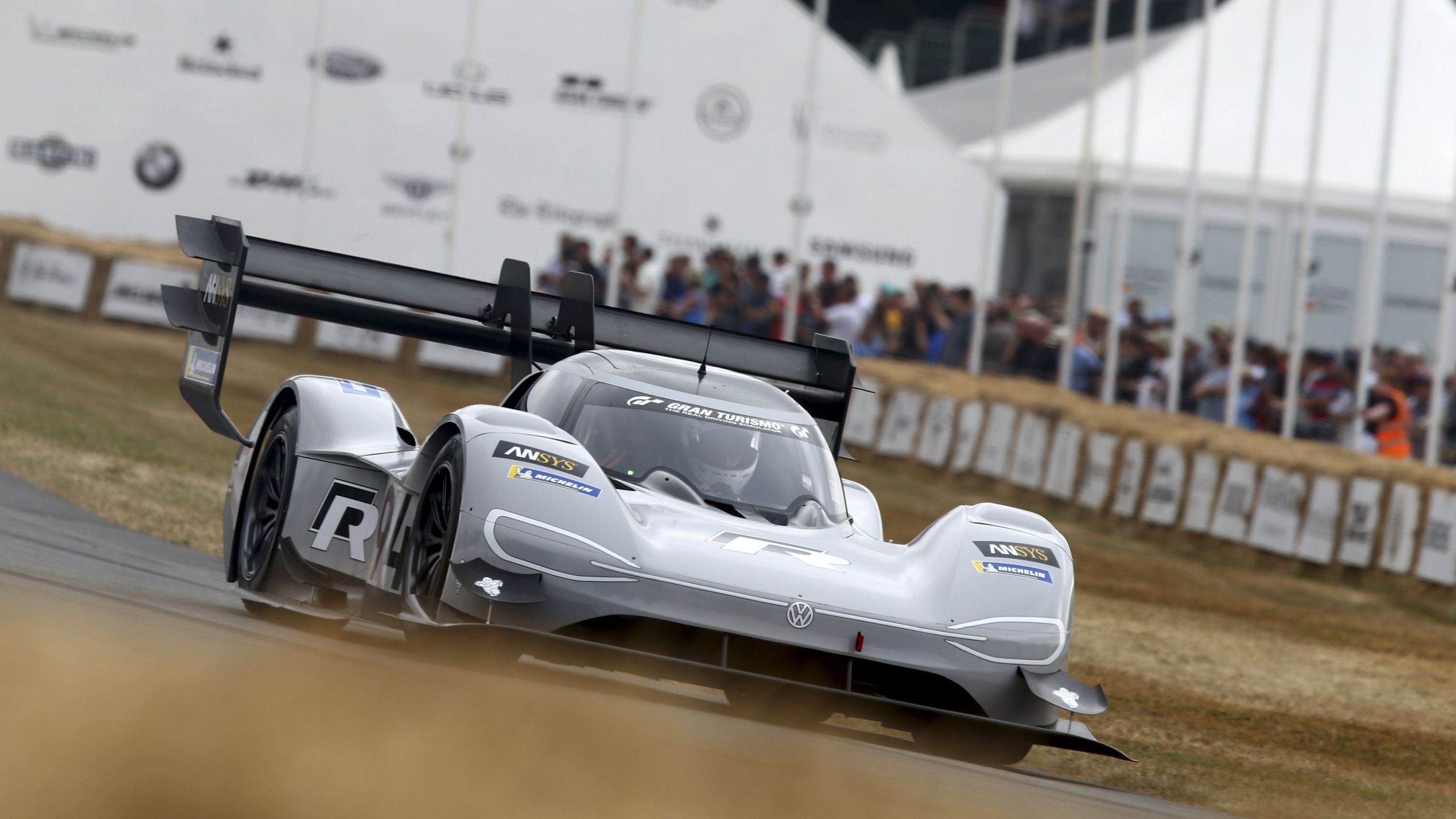 Volkswagen I D R Pikes Peak Breaks Electric Record At Goodwood Fos Ford Electric Car Volkswagen Electric Cars