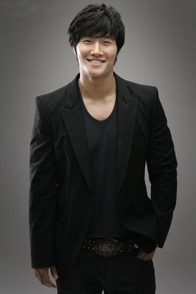 Mosquito-voice Kim Jong Kook! He's so gentle despite his tough exterior. Kookie, fighting!!! ^^