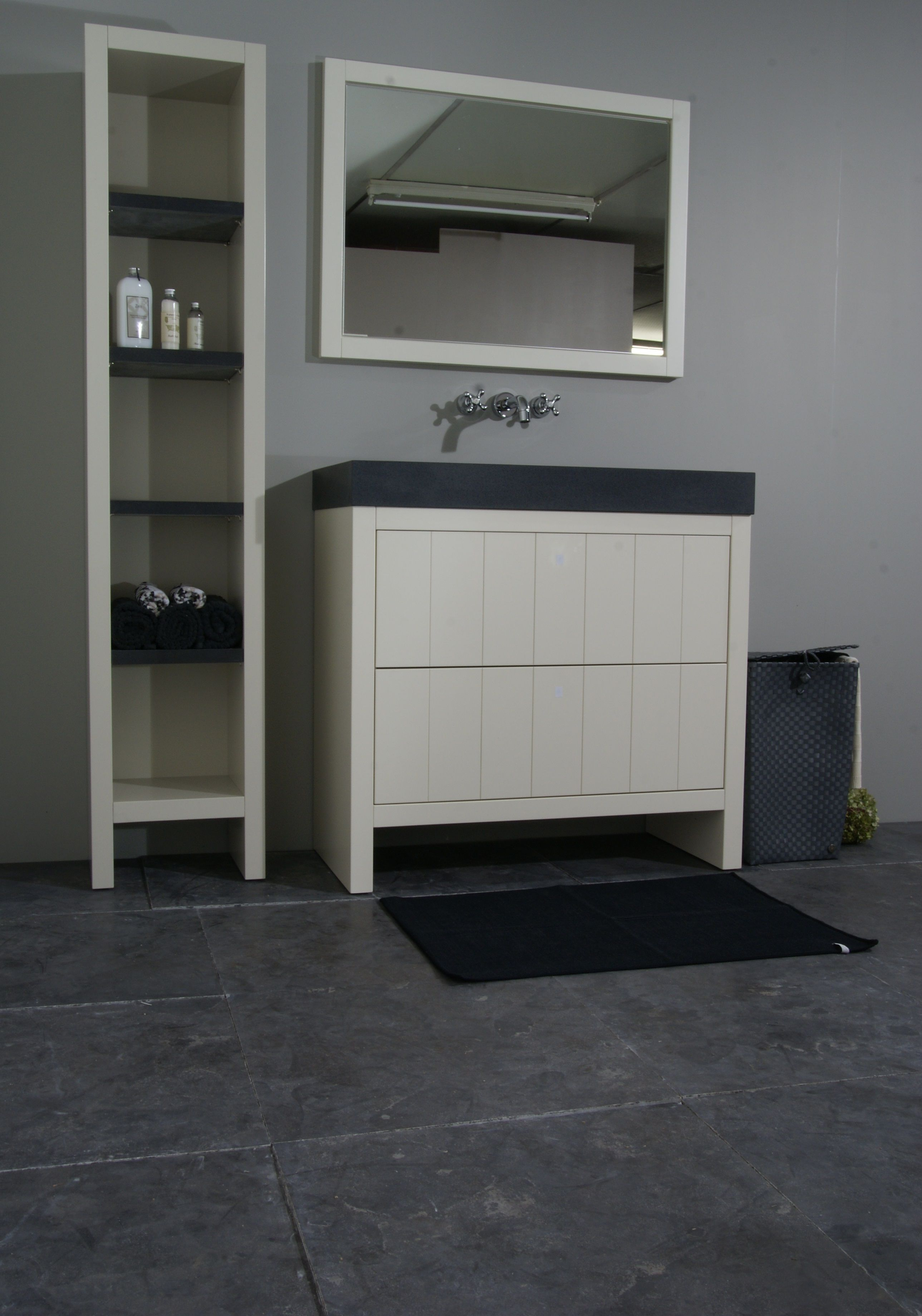 mooie landelijke badkamer opstelling hardsteen vloertegels en
