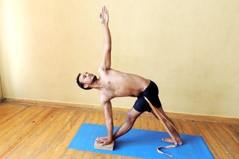 ストラップを使用してparivrtta trikonasana  yoga benefits yoga