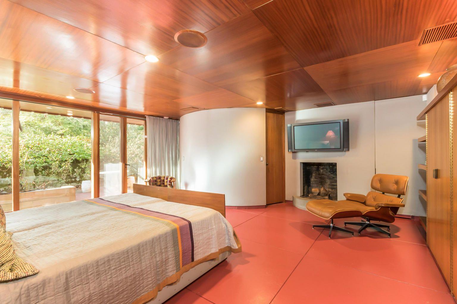 own frank lloyd wright 39 s horseshoe shaped tirranna home. Black Bedroom Furniture Sets. Home Design Ideas
