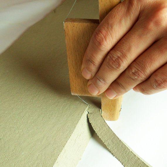 De Xiem X-schuine rand is een keramische klei tool die is ontworpen voor snel en nauwkeurig knippen van clay op 45 - 30- en 60 graden.   Deze must-have gebouw gereedschap kunt u hoeken snijden zonder hoeken snijden. Het is ideaal voor de naden aan de handgebouwde stukken en stukken van de rand.  ~ ~ ~ WAT JE KRIJGT ~ ~ ~  1 Xiem X-schuine Tool  ~~~~~~~~~~~~~~~~~~~~~~~~~~~~~~~~~~~~~~~~~~~~~~~   ---------------------------------------------------------- Check out onze Shop aankondiging voor…