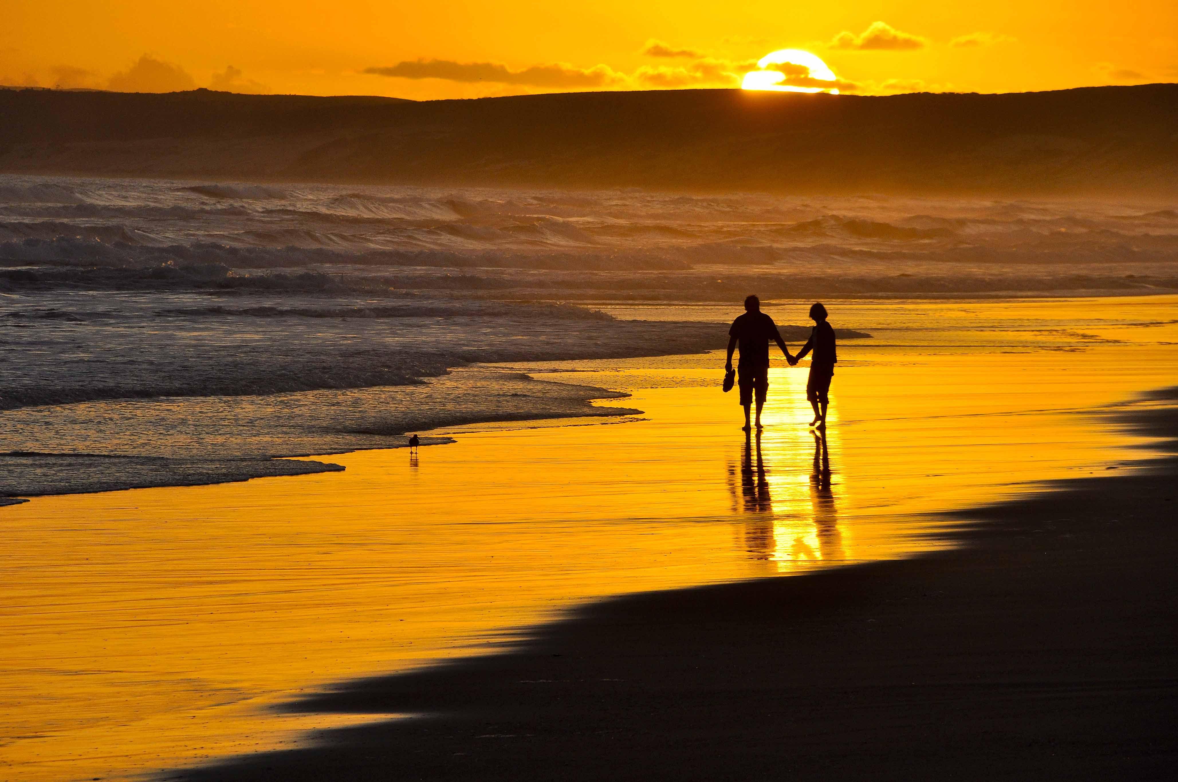 Kavella Rannalla Beach Sunset Wallpaper Romantic Sunset Beach Pictures Friends Couple walk in beach love wallpapers hd