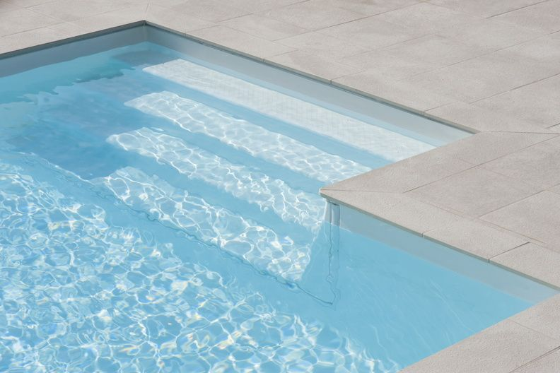 Piscine 10x5 avec un escalier rectangulaire re276 for Couleur liner piscine blanc