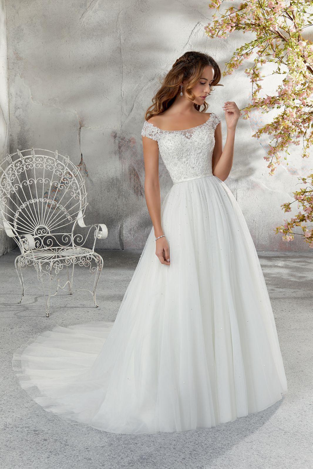 Model 5683 Miekka I Niezwykle Dziewczeca Tiulowa Suknia Slubna Gorset Z Dekoltem W Lodke I R Bateau Wedding Dress Ball Gowns Wedding Wedding Dress Necklines
