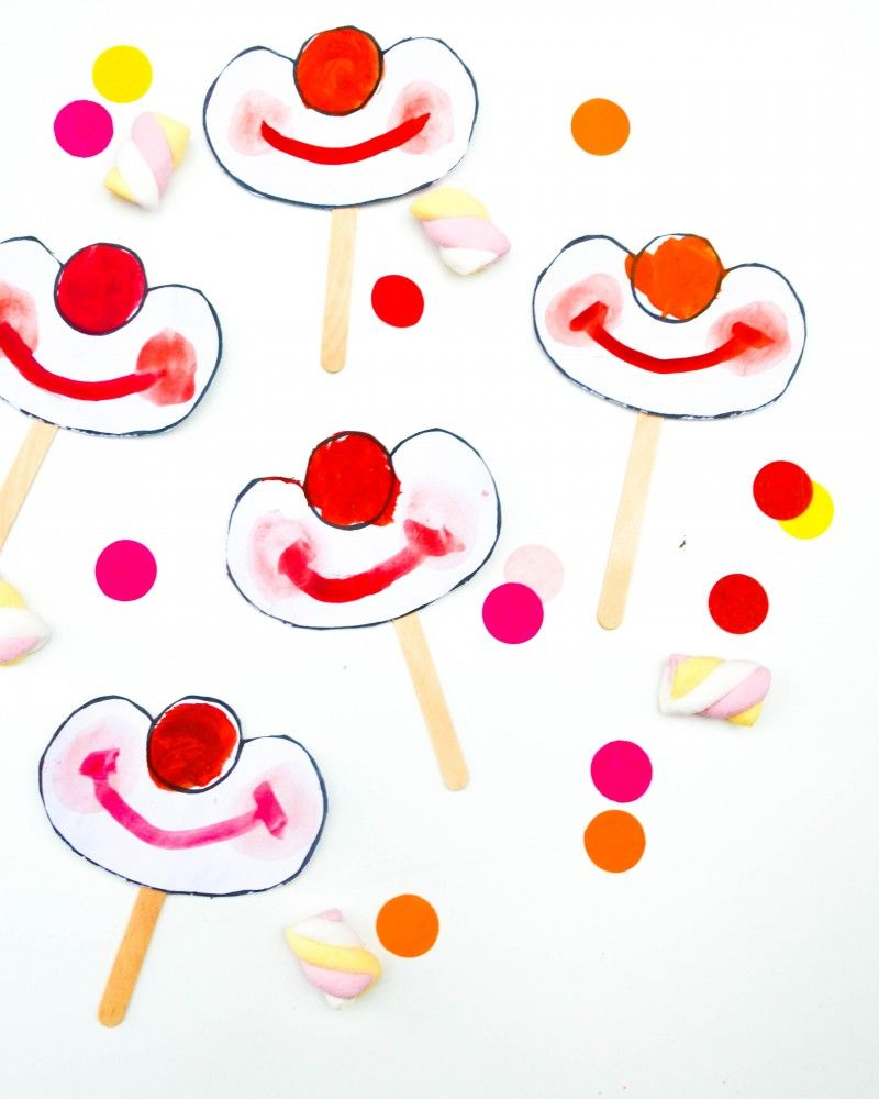 Clown am stiel einladung zur zirkusparty the mum pinterest zirkus kinder und zirkus - Clown basteln kindergarten ...