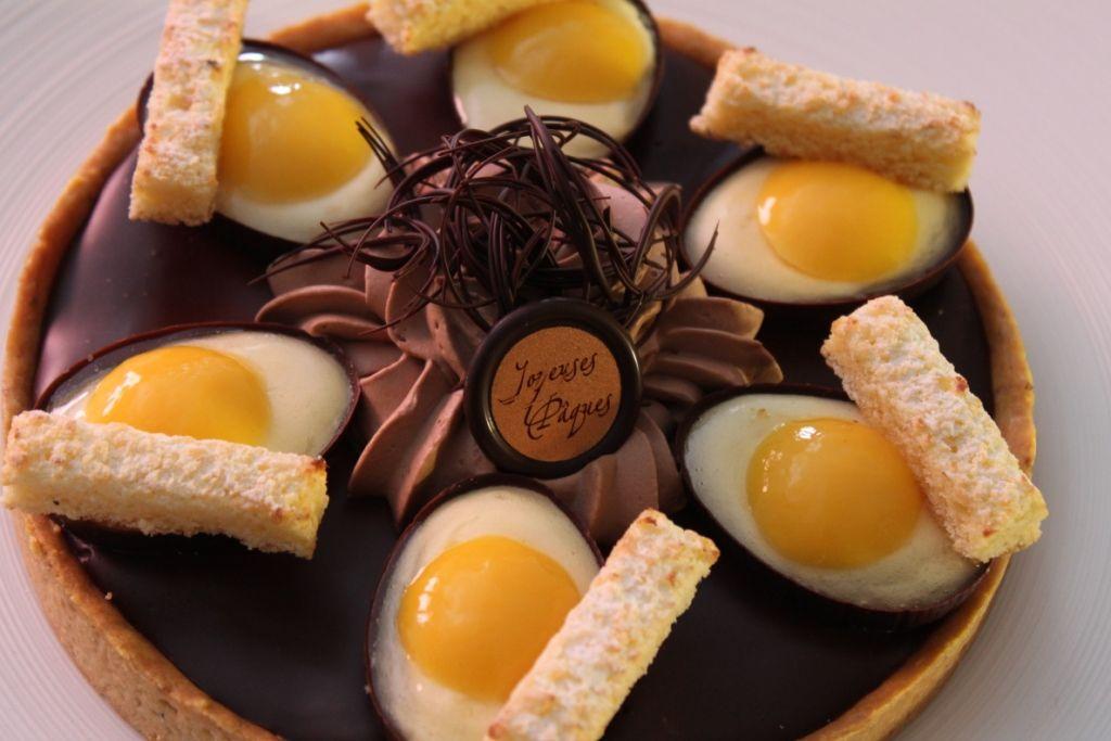 Pour pâques, un douceur et un clin d'œil à l'œuf: pâte sablée noisette, ganache chocolat des caraïbes, chantilly chocolat du Brésil et dans les œufs, une mousse légère passion et un coulant passion !