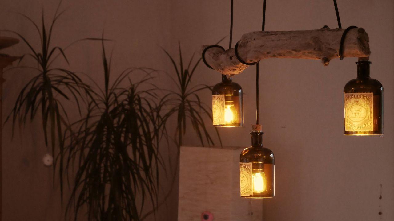 Diy Desinger Led Lampe Aus Treibholz Und Alten Flaschen Monkey 47 Bauanleitung Zum Selberbauen 1 2 Do Com In 2020 Treibholz Lampe Diy Lampen Lampe Aus Flaschen