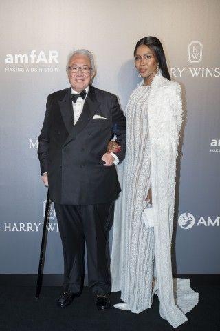 Sul red carpet dell'amfAR Hong Kong 2017 anche Naomi Campbell con un abito bianco (nell'immagine con Sir David Tang).