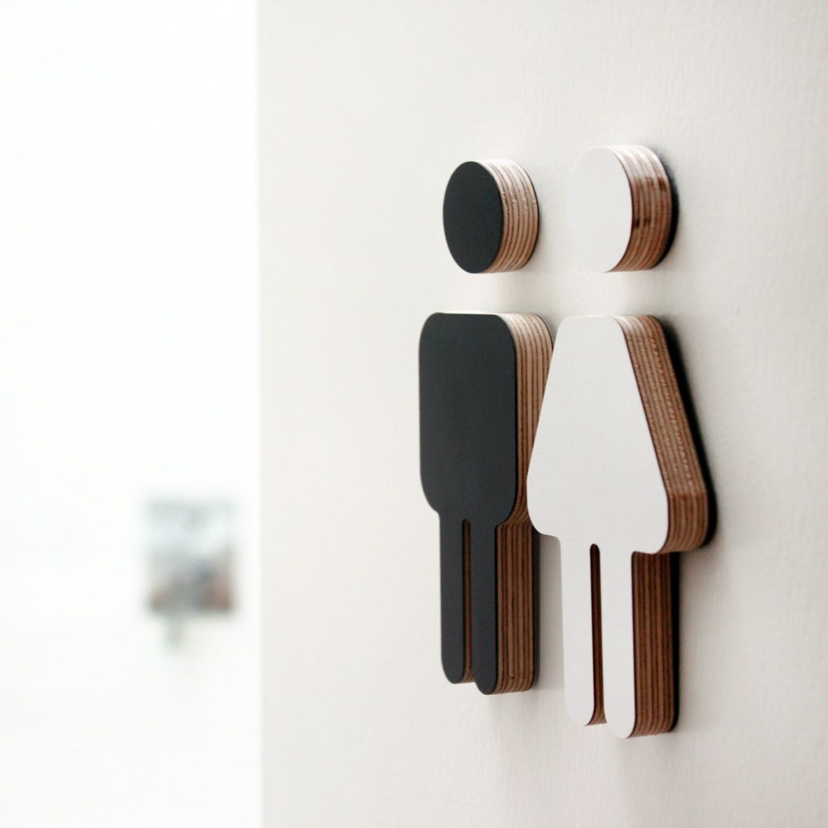Small male female black/white plywood sign  화장실, 오리 및 아이콘