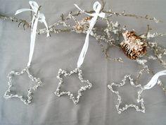 Diese silbrigen Sterne aus Draht, Perlen und Pailletten sind eine schöne Weihnachtsdeko für das Zuhause.   Fantasiewerk