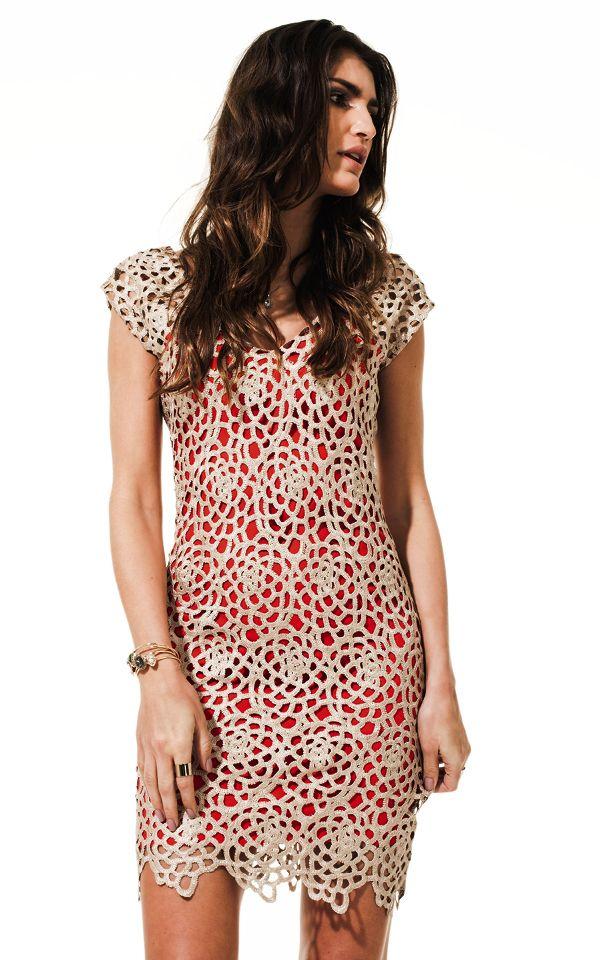 4a0f2d368 Lookbook Raizz Primavera-Verão 14 - Vestido de renda guipir bege com forro  vermelho