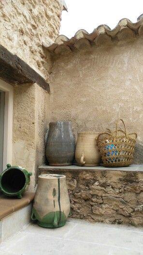 cesta de esparto y orzas de barro decorando el patio | esparto y