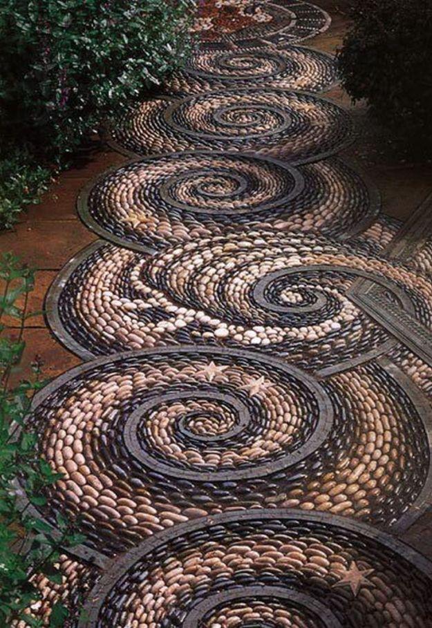 Gartenwege Kieselsteinen interessant schöne garten gestaltung - gartenwege aus holz anlegen