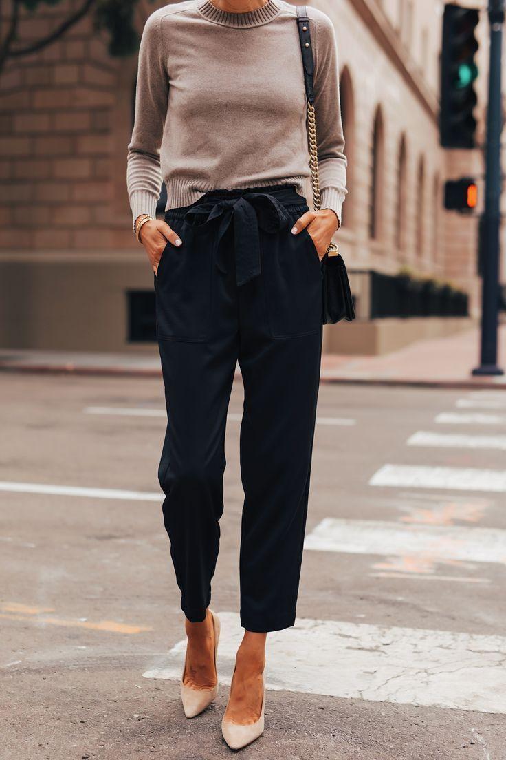 Mode Jackson tragen Everlane Taupe Kaschmirpullover schwarze Krawatte Taille Hos...