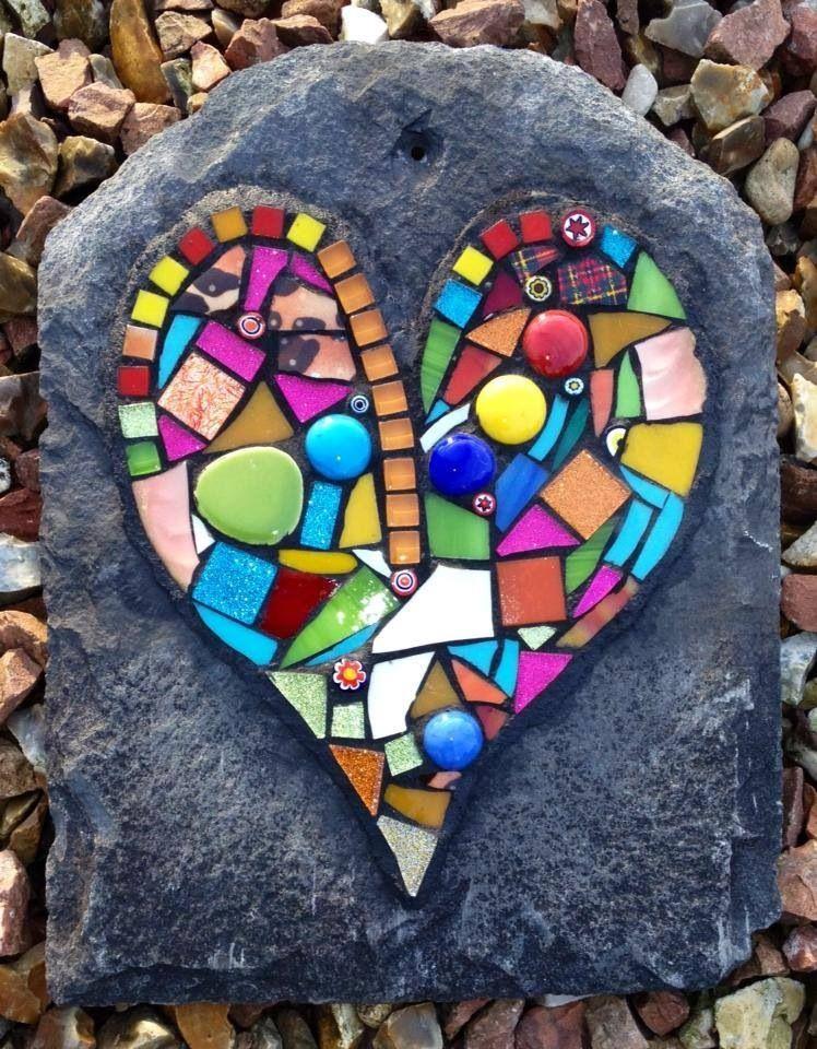 Mosaico de colores intensos sobre pizarra oscura precioso corazones pinterest mosaico - Mosaico de colores ...