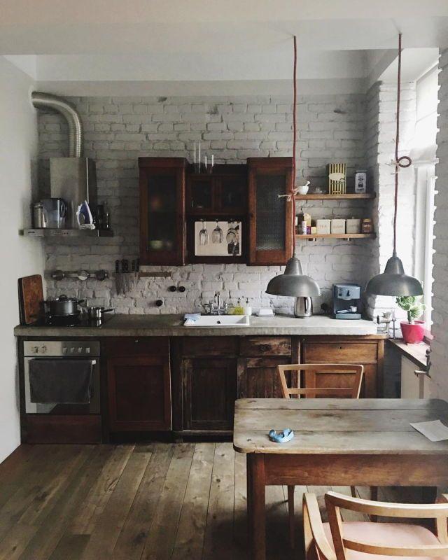 Küche mit Vintage Schränken aus Holz und weißer Backsteinwand - sofa für küche