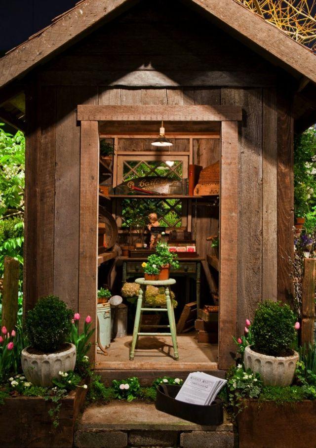 Rustikales Gartenhaus Holz Naturoptik Schone Wandregal Frische Blumen Lagerhaus Bauen Gartenhaus Holz Gartenhaus