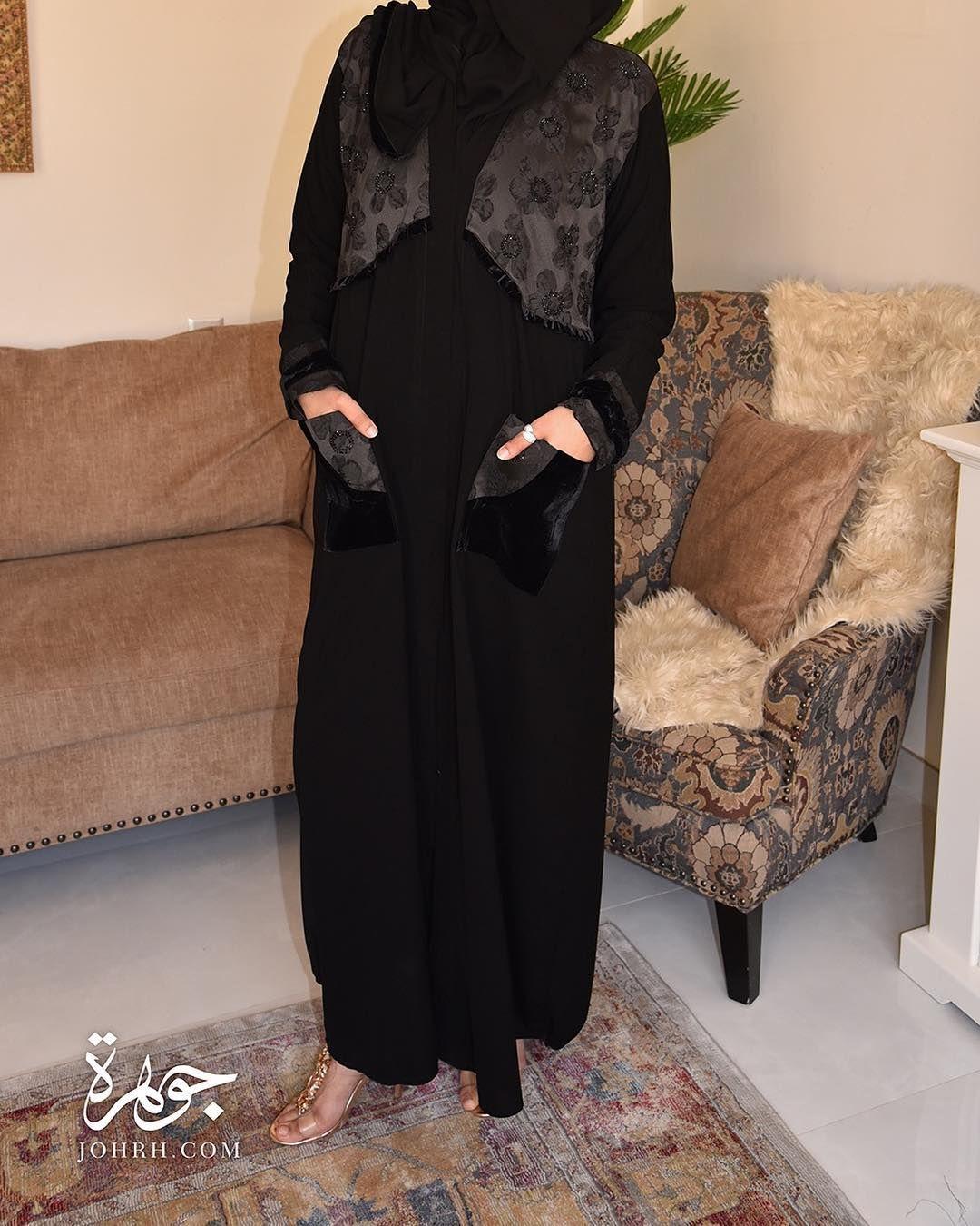 عباية من الكريب الملكي والمزينة في الصدر بتفته مزخرفة بالورود والمطعمة بالكرستال ويتداخل معها المخمل ليزين أيضا أكمام العباية الضيقة Maxi Dress Fashion Dresses