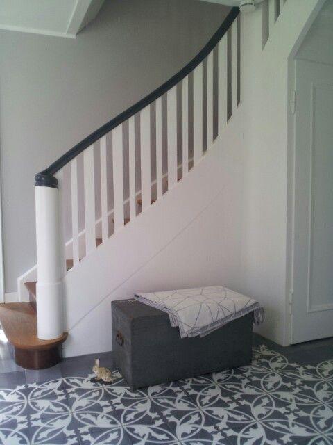 Flur mit grauen zementfliesen und holztruhe living at home pinterest fliesen treppe haus - Holztreppe fliesen ...