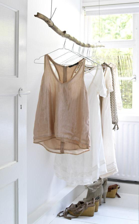 .Tringle de dressing naturel très sympa dans le cadre d'une pièce consacrée à cet effet...