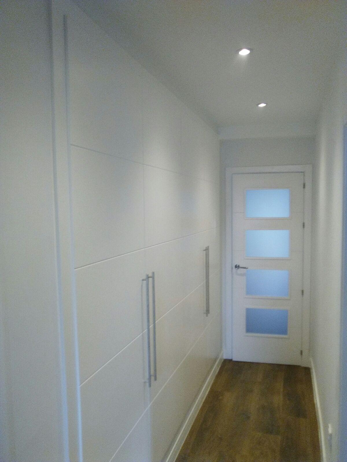 Frente de armario lacados en blanco armarios de puertas abatibles pinterest - Armarios empotrados para entradas ...