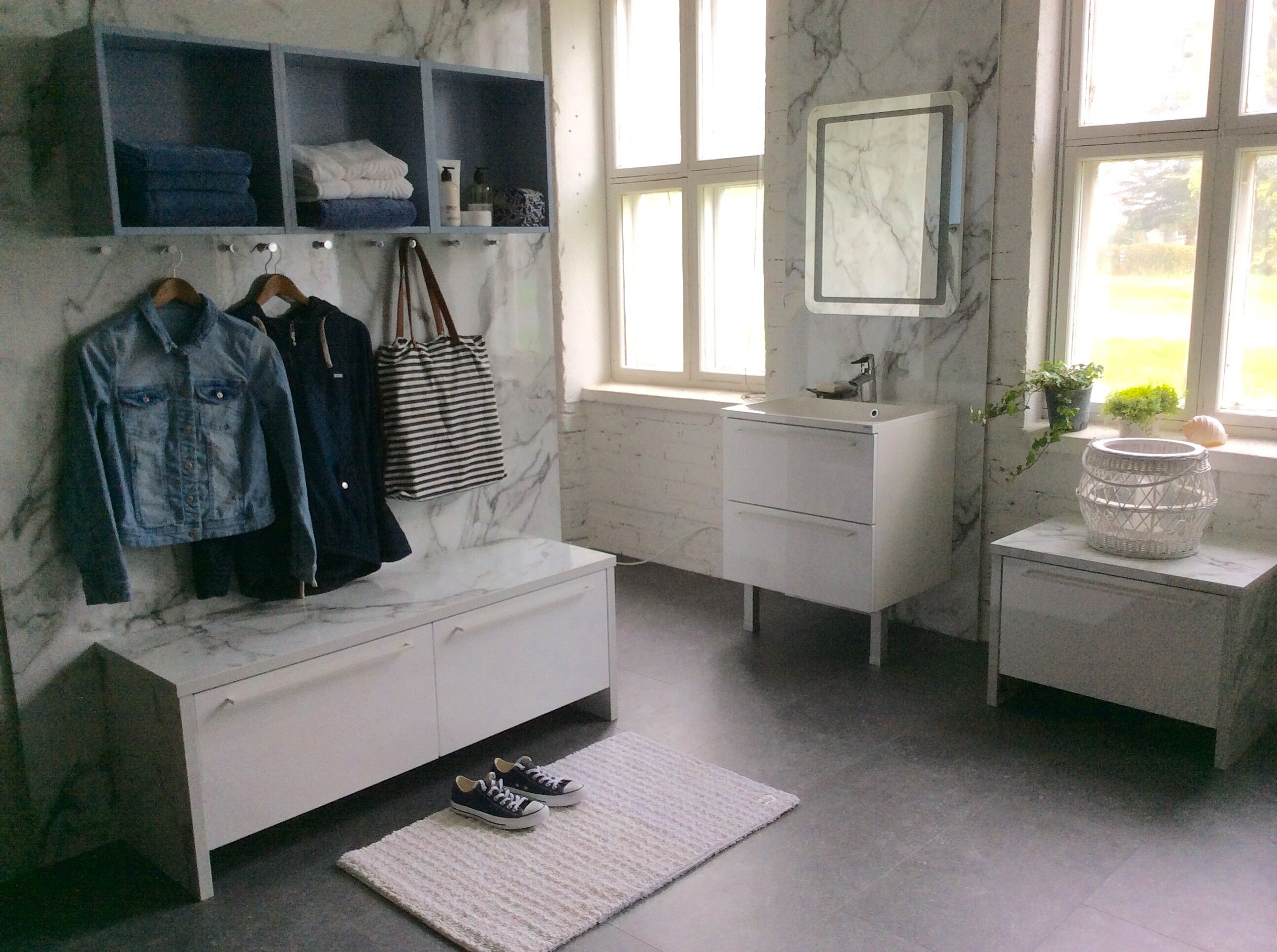 Topi-Keittiön kylpyhuone Hohto kiiltävä valkoinen. Penkissä ja taustalla trendikäs marmorilaminaatti, joka myös Topi-Keittiön mallistossa.