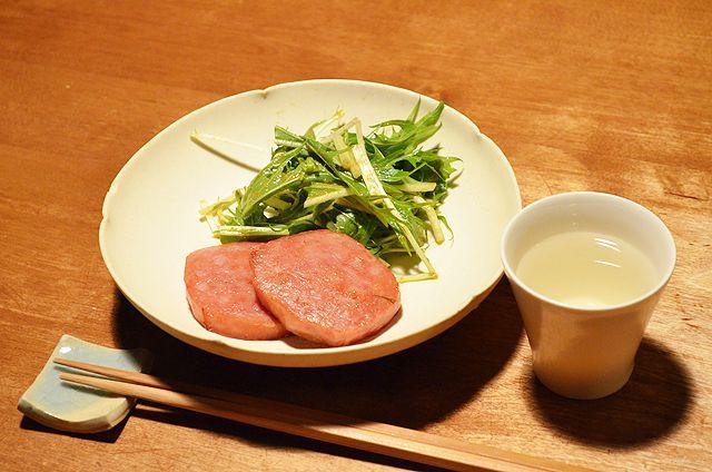 【ミートローフ】よく考えたら「ミートローフ」ってなんだろうね?とよくわからないまま過ごしてきた人生を振り返りながらの晩酌。「ローフ」というのは長方形のパン型の形状のことだそうです。マヨネーズや醤油、海苔とかも合うかも・・・と想像を巡らしながらちいさく酔いました。今日のお酒は、栃木・松井酒造店の「松の寿」純米吟醸です。