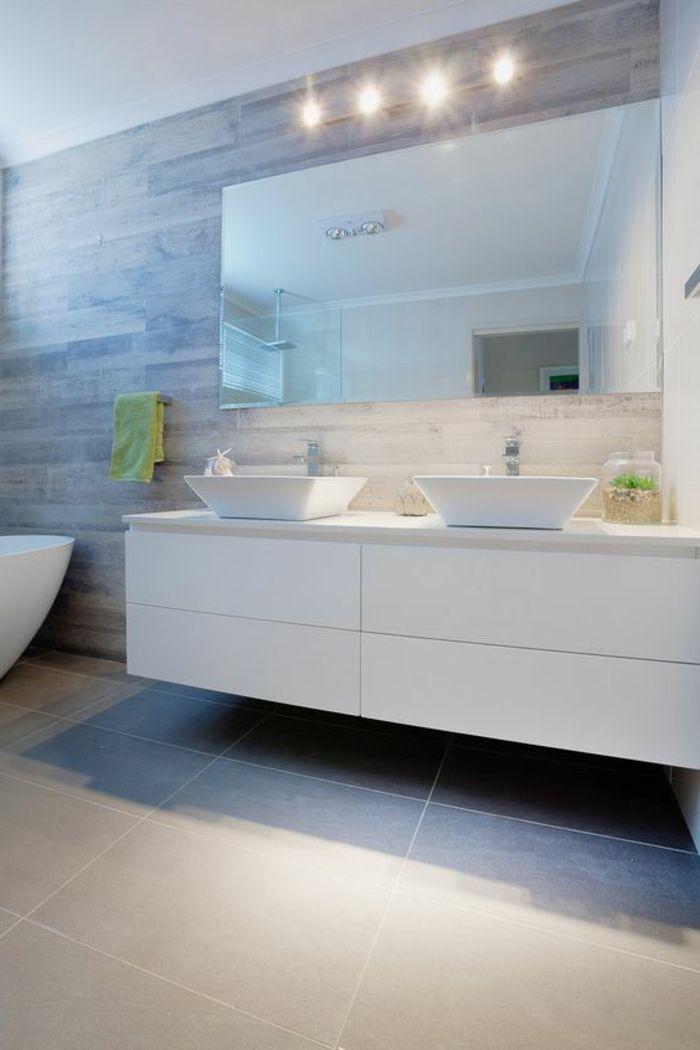 Grosse Kacheln Spiegel Mit Langlicher Form Vier Leuchte Bad Fliesen Beispiele Badgestaltung Badezimmer Bad Einrichten