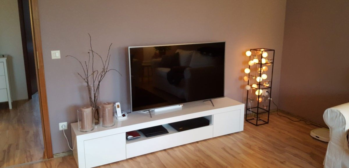 taupe farbige wand alpina feine farben dichter der erde mit wei en lowboard von und. Black Bedroom Furniture Sets. Home Design Ideas