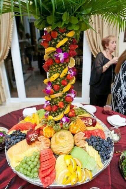 Centro De Mesa Con Pina Y Fruta Brochetas De Frutas Mesas De Frutas Centros De Mesa Con Frutas