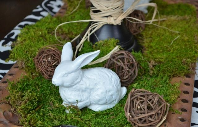 tischdeko frühling ostern hasenfiguren keramik moos tischläufer