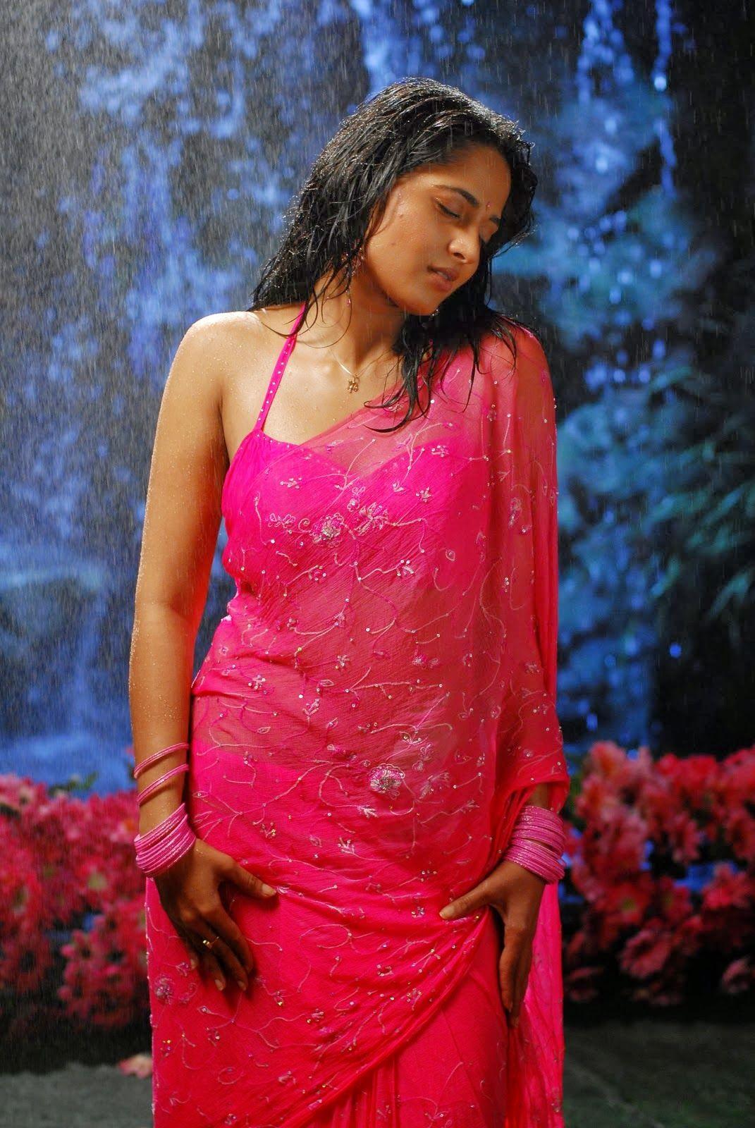 in wet shetty nude Anushka saree