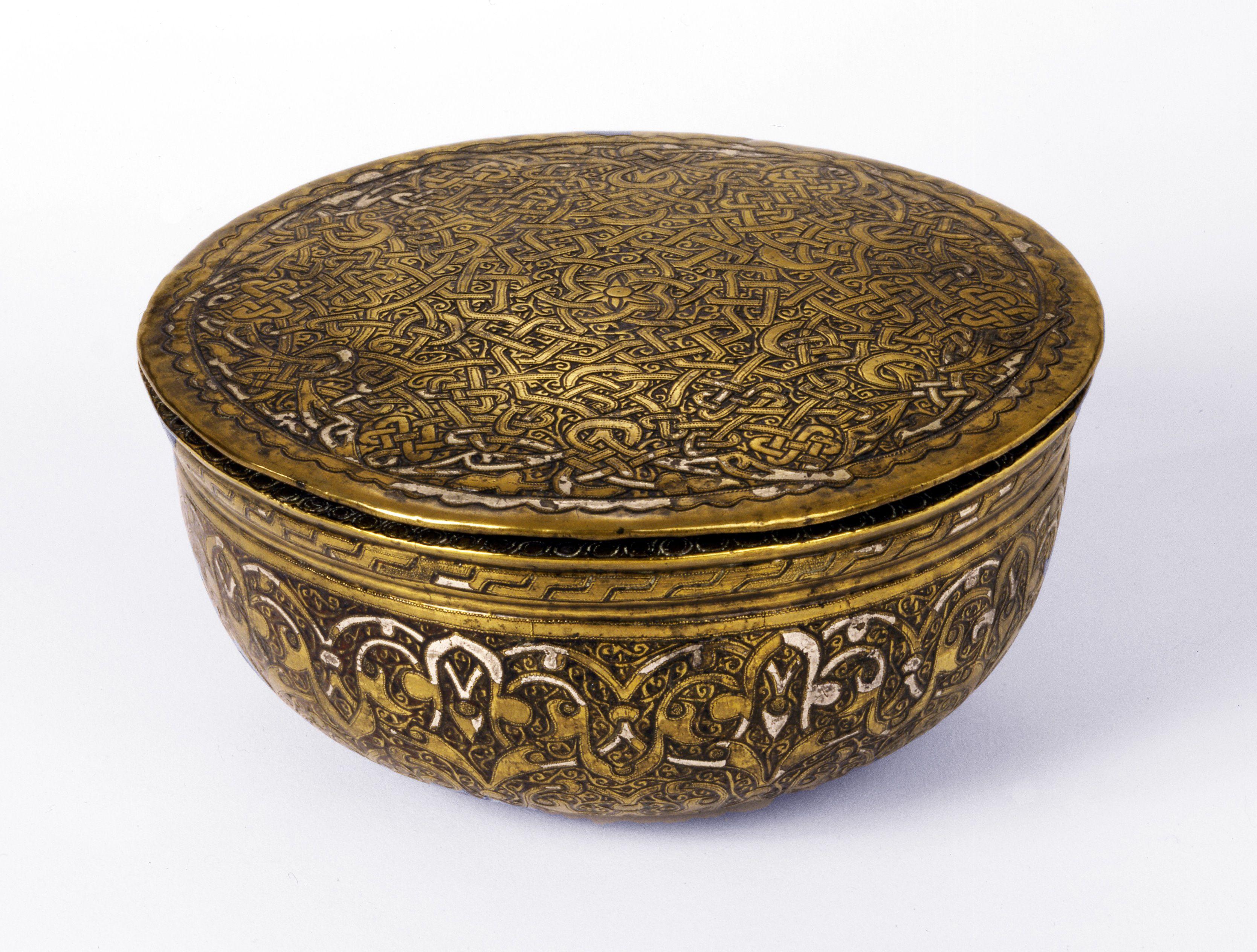Lågskål af støbt messing indlagt med sølv og guld Syrien; 15. århundrede H: 6; Diam: 12,8 cm