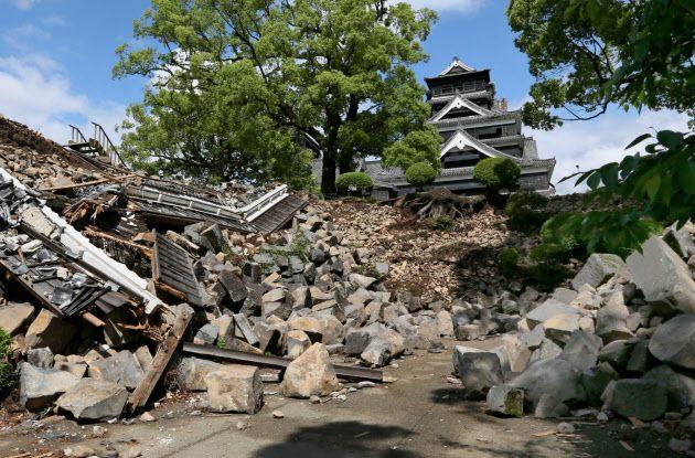 報道陣に公開された熊本城内。国の重要文化財の櫓(やぐら)は完全に倒壊し、石垣や塀が散乱していた。奥は天守閣(11日、熊本市中央区)
