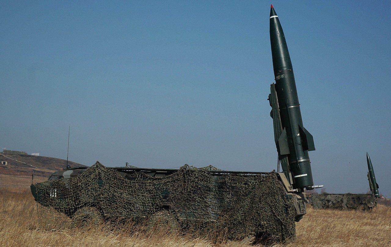 """Sistema táctico de misiles """"Tochka"""" (SS-21 Scarab A, según la clasificación de la OTAN,), empleado para abatir objetivos de pequeñas dimensiones a grandes distancias. El misil balístico es de una etapa y utiliza combustibles sólidos."""