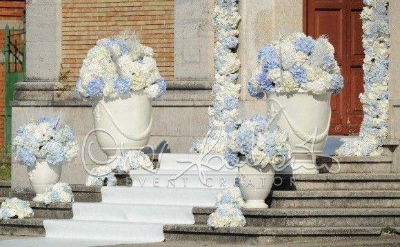 Decorazioni Matrimonio Azzurro : Nuvole di ortensie bianche e azzurro polvere attendono l arrivo